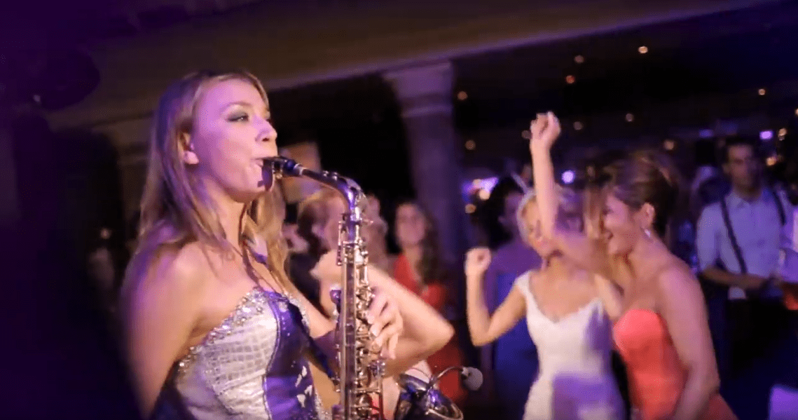 Saxophonistin buchen